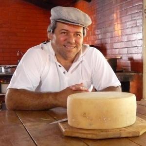 Produtor de Queijo Minas artesanal Luciano Machado, região da Canastra