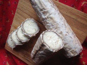 Cacauzinho é um queijo de cabra maturado com mofos brancos sobre cacau e baunilha