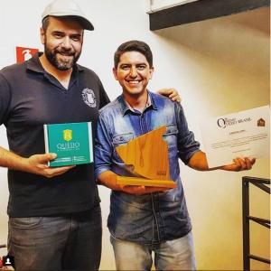 Bruno Cabral, da COMER QUEIJO, entregando o Troféu SUPER OURO ao Osvaldo Filho, da QUEIJO D'ALAGOA-MG