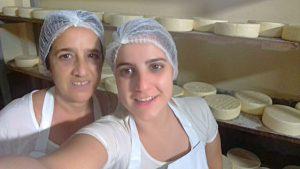 Dona Alda e a filha Marcilene produzem juntas o queijo que leva o nome do pai