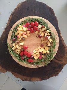 Guirlanda com queijo gouda, queijo Minas, tomate e alecrim