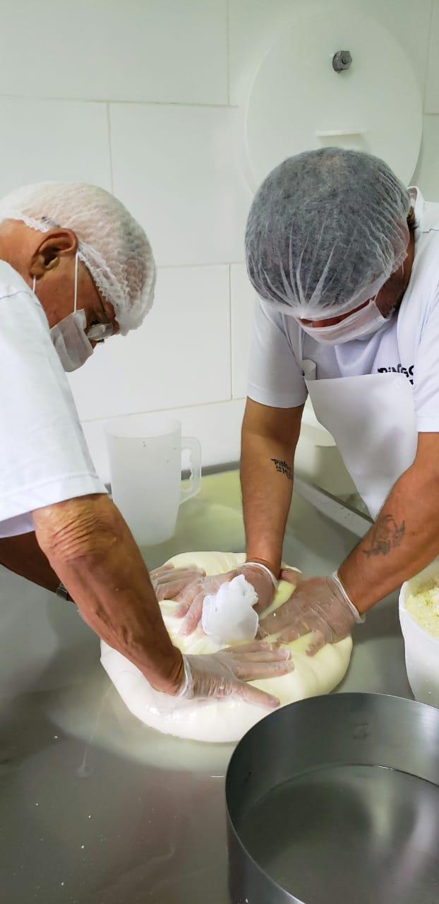 Produção de queijo minas artesanal